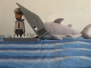 V hipu čoln se prevrne, kapitana val zagrne, črno žrelo ga objame, mekaj zob ga pikne v rame.