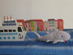 Že jutro si oči je melo ko izmučen ladjo belo Anton privleče v pristanišče, ji varen tam privez poišče.